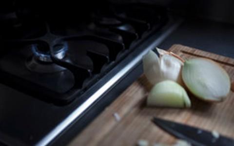 Truque culinário: o que fazer para não chorar na hora de cortar cebola