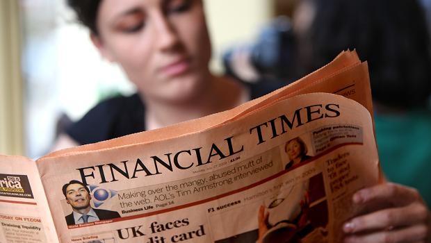 Mulher lê edição do jornal Financial Times, que foi vendido ao grupo japonês Nikkei (Foto: Getty Images/Arquivo)