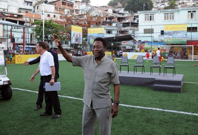Pele inaugura campo de futebol no morro da mineira (Foto: Andre Durão )