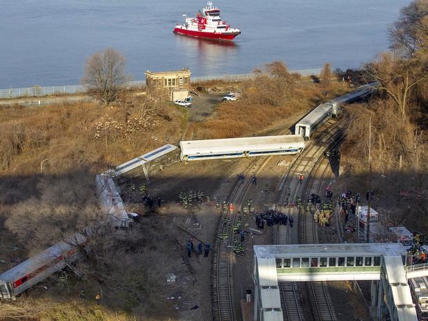 Trem que saiu dos trilhos na manhã deste domingo no Bronx, em Nova York. (Foto: Craig Ruttle/AP)