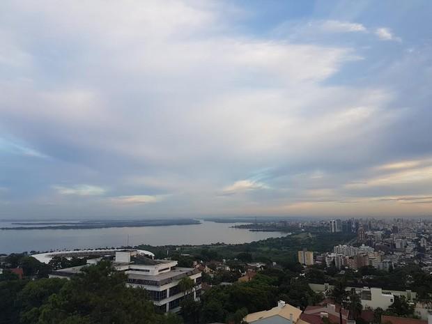 Quinta-feira (16) começa com céu nublado em Porto Alegre (Foto: Igor Grossmann/G1)