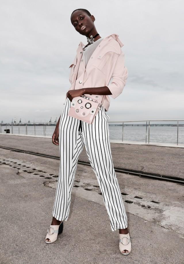 Casaqueto, bolsa e sandália da Modem, calça Handred, blusa GA'U e choker Nadia Gimenes (Foto: Aderbal Freire)
