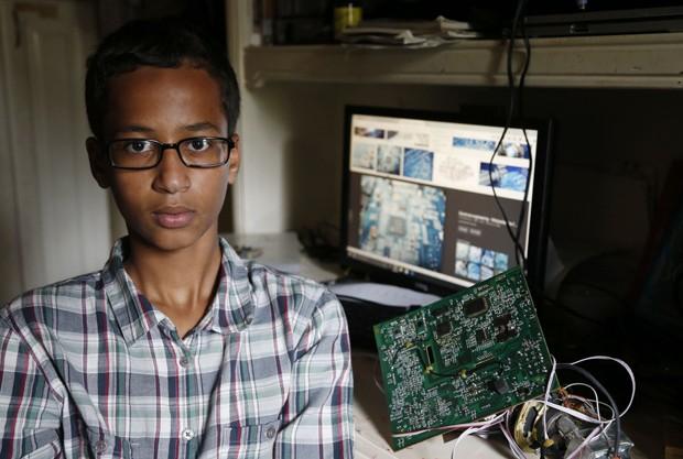 Estudante Ahmed Mohamed, de 14 anos, foi detido no Texas depois que seu relógio foi confundido com uma bomba (Foto: Vernon Bryant/The Dallas Morning News via AP)
