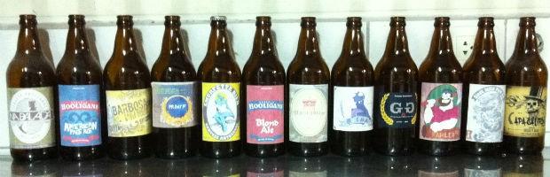Clientes escolhem rótulos e recebem a cerveja engarrafada (Foto: Fernando Castro/G1)