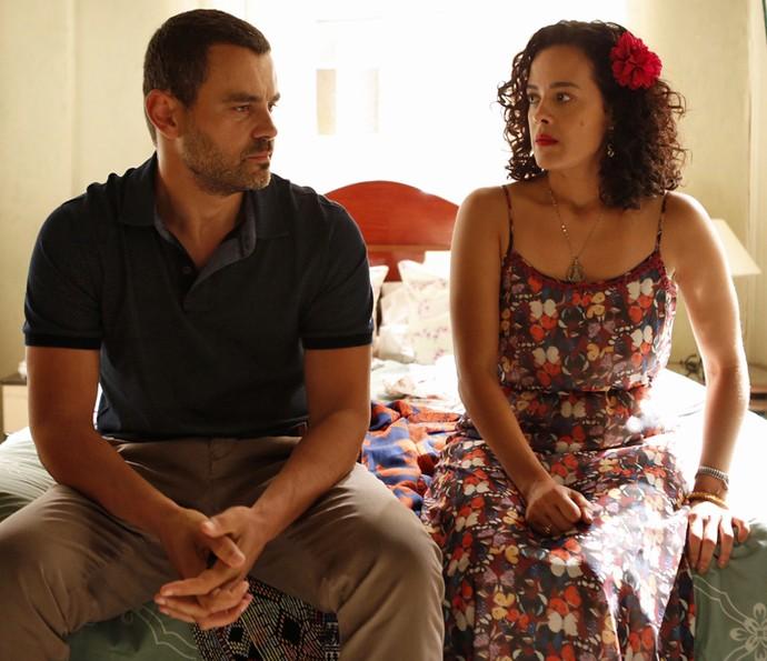 César e Domingas conversam, e a vendedora diz que entende a atitude do amado (Foto: Ellen Soares / Gshow)