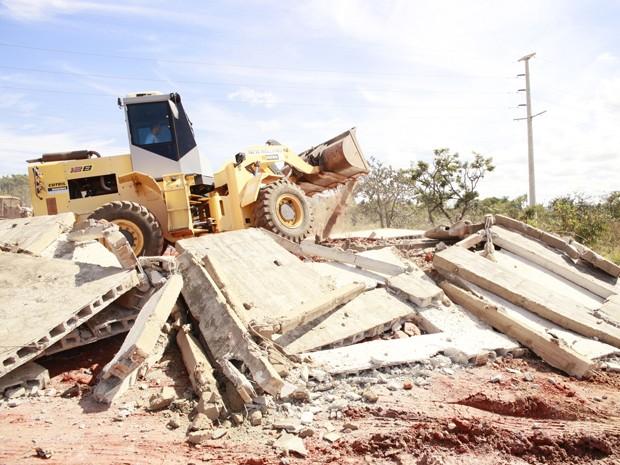 Trator derruba construção irregular durante operação em condomínio irrregular do DF  (Foto: Divulgação/Flávio Barbosa)