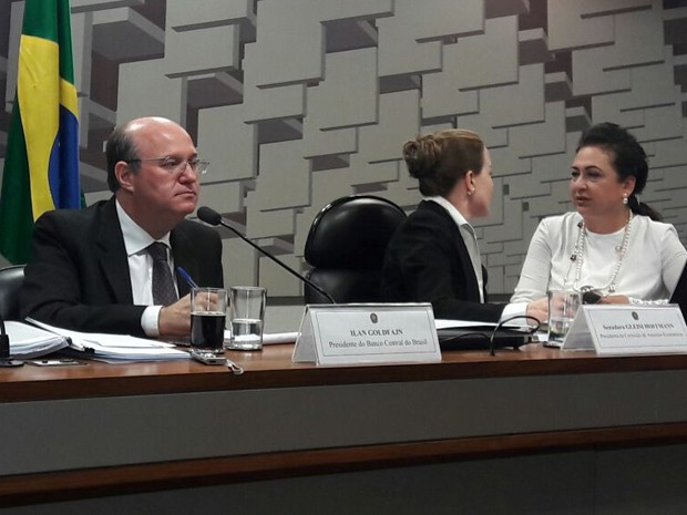O presidente do Banco Central, Ilan Goldfajn, durante audiência no Senado; à direita estão as senadoras Gleisi Hoffmann e Kátia Abreu  (Foto: Alexandro Martello/G1)