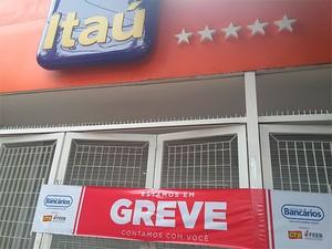 Banco Itaú fechado na Avenida Sete, centro de Salvador, na manhã desta terça-feira (Foto: Juliana Almirante/ G1 Bahia)