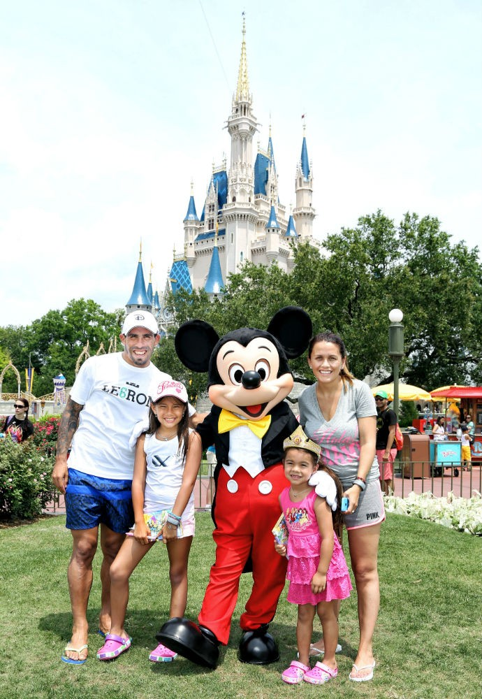Tevez vai à Disney com a esposa e as filhas (Foto: Divulgação)