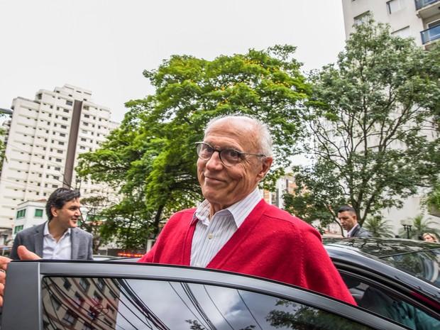 O ex-senador Eduardo Suplicy chega para votar acompanhando o candidato à Prefeitura de São Paulo Fernando Haddad  (Foto: Chello/Futura Press/Estadão Conteúdo)
