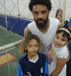 Cristian, do Corinthians, com os filhos (Foto: Marcelo Braga)
