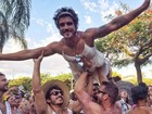 Caio Castro faz a festa de foliões vestido de noiva em bloco de carnaval