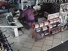 Homem com falsa espingarda rende funcionária e assalta autoelétrica