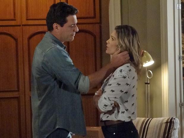 Érica quer saber o que está acontecendo e Théo decide dormir no regimento (Foto: Salve Jorge/ TV Globo)