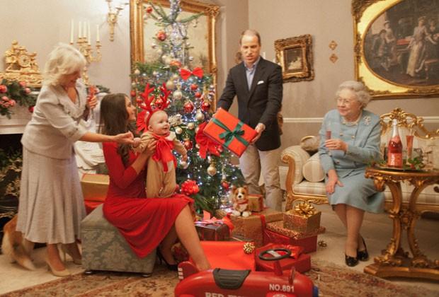 Ensaio fotográfico imagina como será o Natal da família real britânica. Na foto, feita com sósias, o príncipe George é celebrado por seus pais, avós e pela rainha (Foto: Alison Jackson/Shloer/Divulgação)