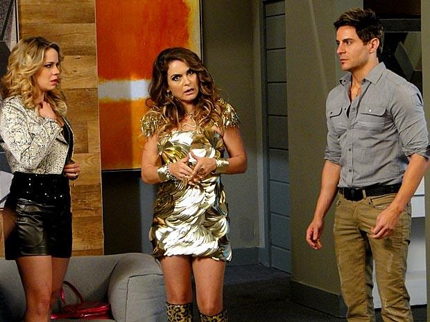 Chocada! Chayene fica surpresa com a revelação de Rosário (Foto: Cheias de Charme / TV Globo)