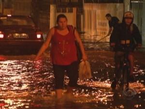 Chuvas alagam ruas da Grande Florianópolis (Foto: Reprodução/RBS TV)
