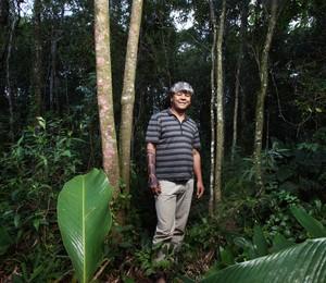 NA SELVA Kaká Werá no Instituto Arapoty, em Itapecerica da Serra. Em meio à mata, ele ensina a cultura indígena aos jovens (Foto: Rogério Cassimiro / ÉPOCA)
