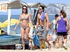 Letícia Birkheuer curte dia de praia no Rio com biquíni tomara que caia