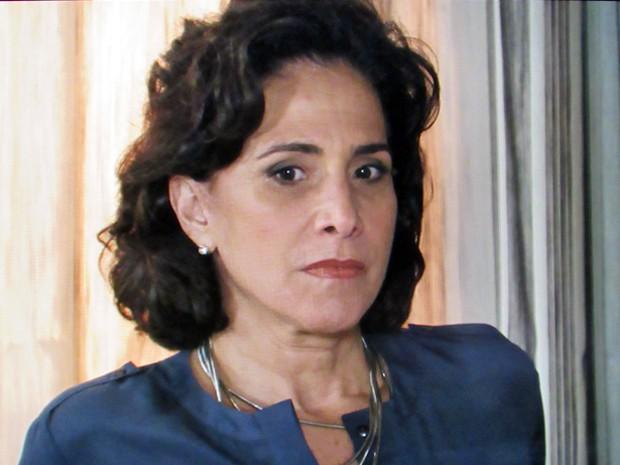 Adriana fica visivelmente incomodada com visita do aposentado (Foto: TV Globo)