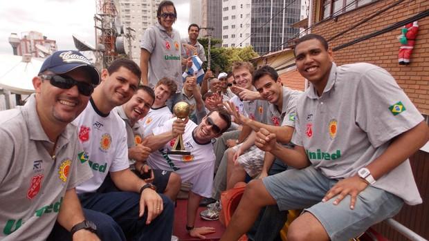 Jogadores do São José Basquete no caminhão do Corpo de Bombeiros (Foto: Danilo Sardinha/Globoesporte.com)