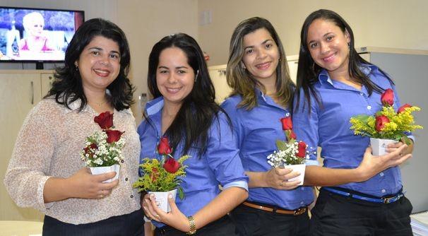 TV Sergipe entrega flores às colaboradoras (Foto: Divulgação/TV Sergipe)