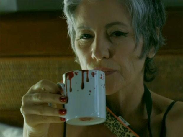 Caneca que escorre sangue foi trazida de Londres por Cassia Kis Magro (Foto: Amor Eterno Amor/TV Globo)