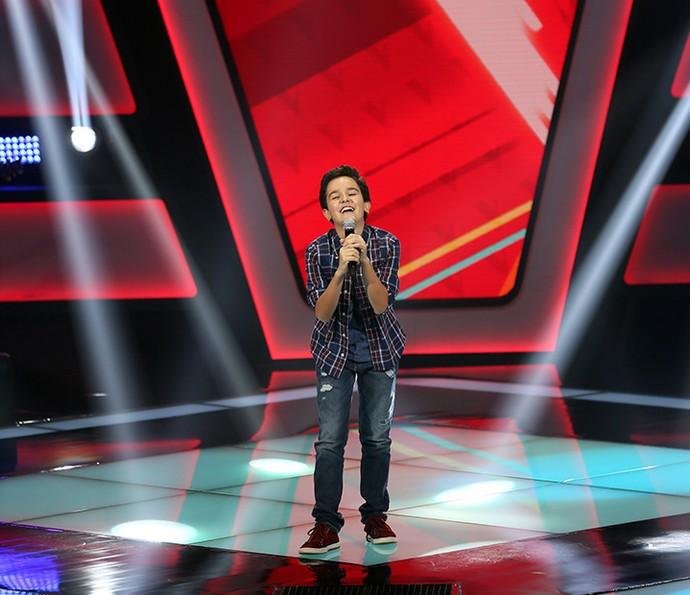 Gabriel Gava se diverte no palco do The Voice Kids (Foto: Isabella Pinheiro/Gshow)