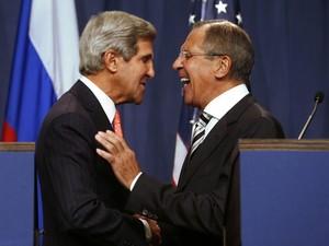 Secretário de Estado dos EUA, John Kerry (à esquerda) e ministro de Relações Exteriores da Rússia, Sergei Lavrov depois de fecharem acordo (Foto: Reuters)