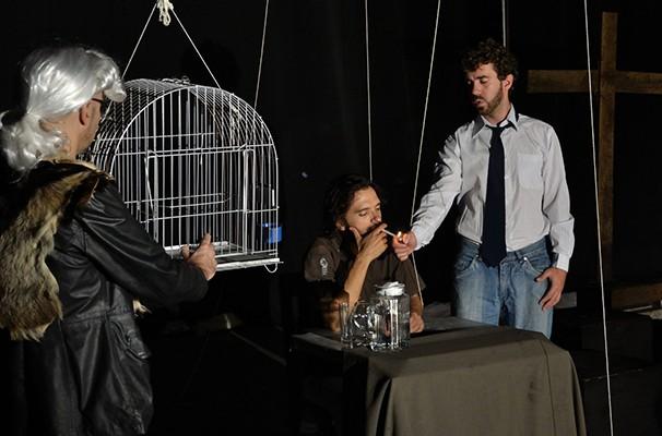 Os atores interpretam a própria arte do teatro (Foto: Fábio Resende)