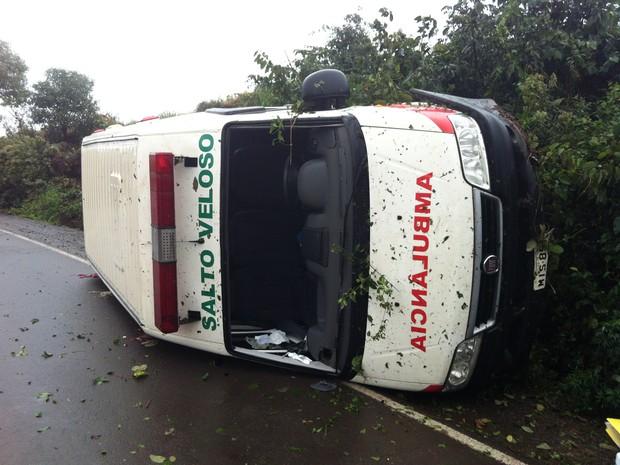 Duas pessoas estavam dentro do veículo (Foto: Sandro Devens/Atual FM)