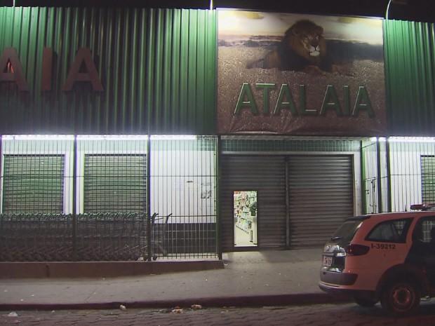 Assaltante atirou no próprio comparsa, ao trocar tiro com segurança do mercado em São Vicente (Foto: Reprodução/TV Tribuna)