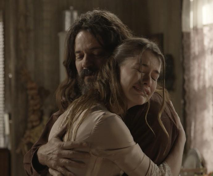 Lívia não contém as lágrimas diante de seu pai (Foto: TV Globo)