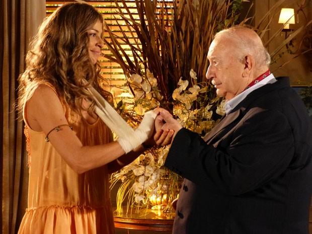 Milionário convence Ester a lhe entregar joia de família (Foto: Flor do Caribe/TV Globo)
