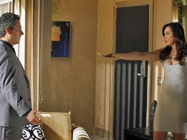 Lívia manda Stenio entregar o cheque picado para Théo (Foto: Salve Jorge/TV Globo)