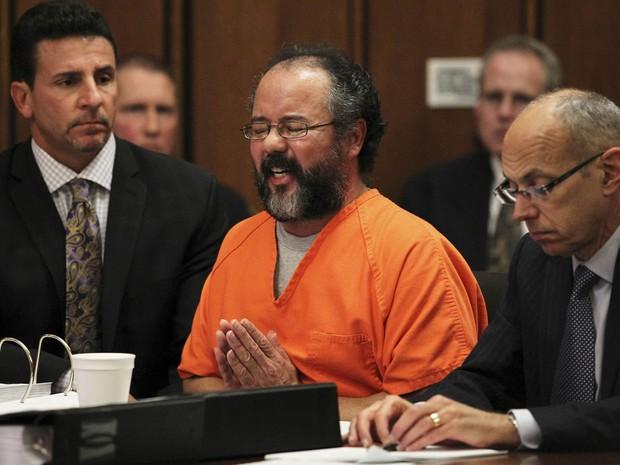 Ariel Castro, acusado de manter três mulheres em cativeiro por mais de uma década em Cleveland, EUA, se emociona ao falar da filha que teve com uma das sequestradas, durante a audiência que deve definir sua sentença. (Foto: Aaron Josefczyk/AP)