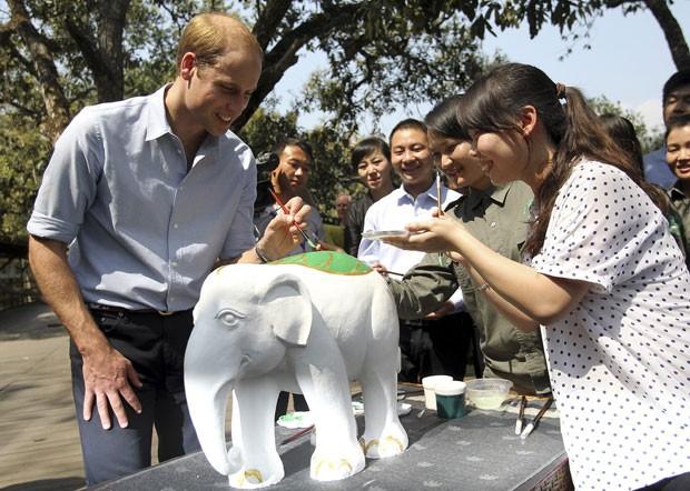 O príncipe William durante visita a um santuário de elefantes na província de Yunnan, no sudoeste da China (Foto: China Daily/Reuters)