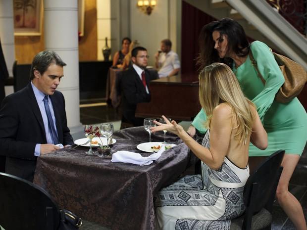 Amanda não tem jeito e continua aprontando para cima de Antonia e Carlos (Foto: Salve Jorge/TV Globo)