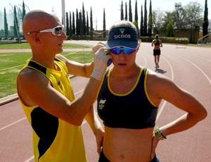 Triatleta Pâmella Oliveira e seu técnico, Sérgio Santos (Foto: Divulgação)