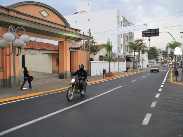 Ruas por onde pontífice irá trafegar no papamóvel foram recapeadas em Aparecida. (Foto: Carlos Santos/G1)