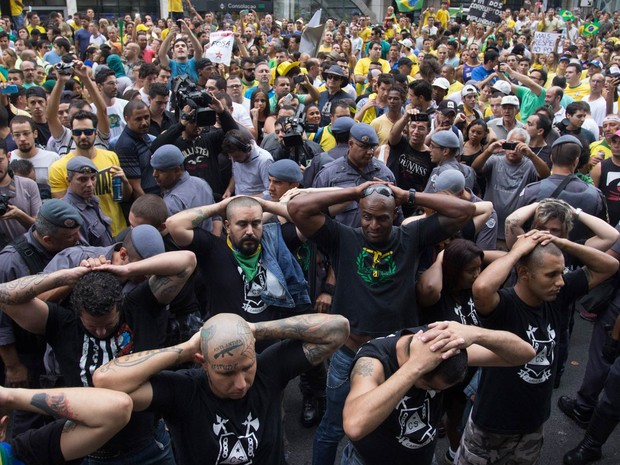 Policiais militares prendem integrantes do grupo 'Carecas do Subúrbio' durante protesto na Avenida Paulista, em São Paulo. Artefatos como fogos de artifício e soco inglês foram apreendidas com alguns deles (Foto: Leonardo Benassatto/Futura Press/Estadão Conteúdo)