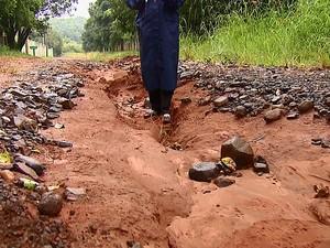 Excesso de buracos incomoda moradores de Araraquara (Foto: Felipe Lazzarotto/EPTV)