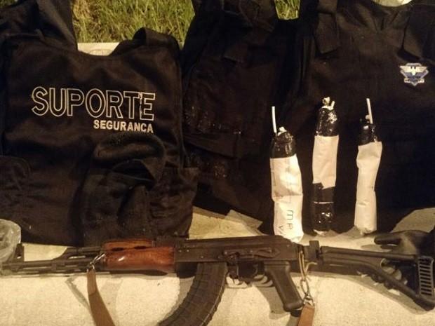 Grupo foi preso com um fuzil AK-47 na madrugada deste sábado (20) em Guarujá, SP (Foto: G1)
