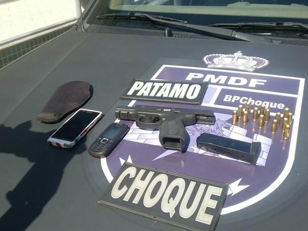 Pistola e munições apreendidas com adolescentes que tentaram assaltar um posto de gasolina na EPTG, no DF (Foto: Polícia Militar/Divulgação)