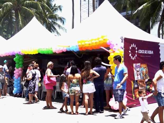 Famílias prestigiam lançamento de livros infantis da coleção 'Coco de Roda' (Foto: Micaelle Morais/G1)