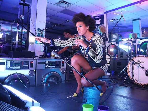 Solange Knowles se apresenta em Nova York, nos Estados Unidos (Foto: Rob Kim/ Getty Images/ AFP)