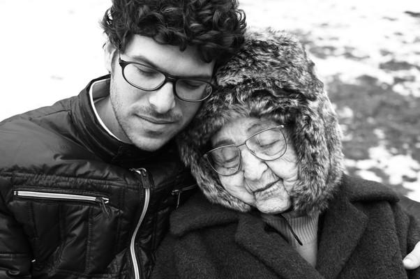Ben Peter e sua avó, Miriam Weissenstein, lutam juntos para proteger o legado histórico, sem esquecer que a vida humana sobrevive nos pequenos gestos (Foto: Divulgação)
