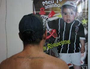 Torcedor do Corinthians, Rodrigo Guimarães, dá nome de Juan Riquelme ao filho e faz tatuagem (Foto: Rafaela Gonçalves / GLOBOESPORTE.COM)