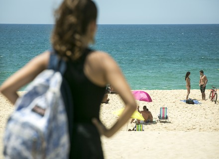 Nanda vê Rômulo e Sula na praia