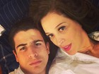 Claudia Raia divulga foto em que aparece deitada com o filho Enzo